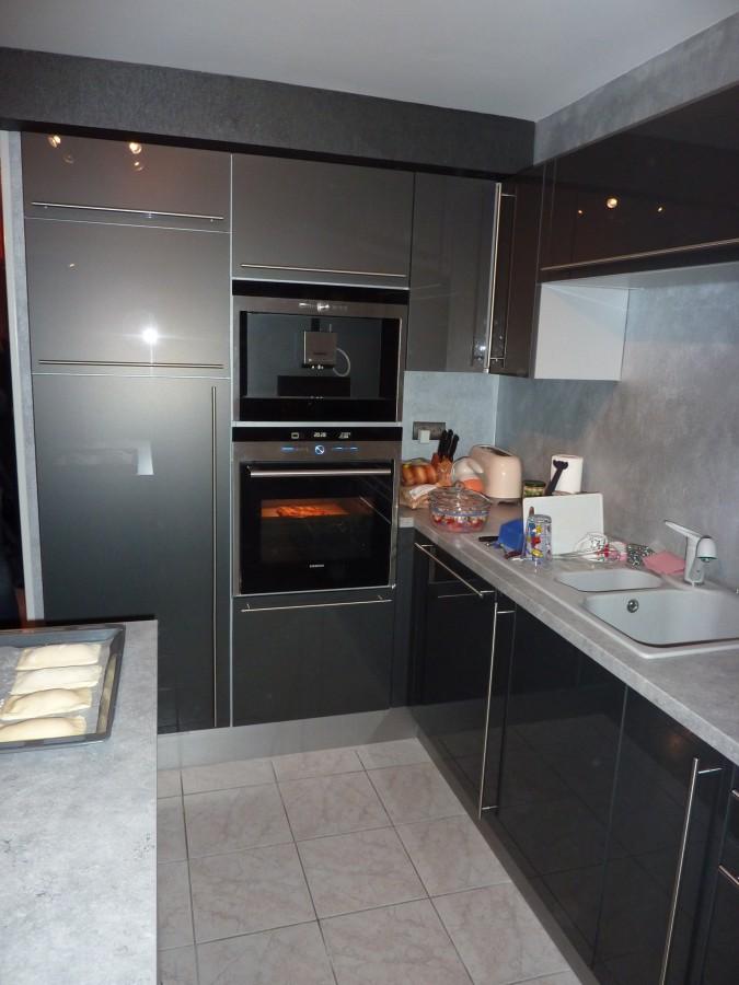 cuisine gris laqu best bon cuisine art avec cuisine rouge et taupe grise pas cher sur lareduc. Black Bedroom Furniture Sets. Home Design Ideas